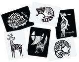 Veľké kartónové kartičky s čiernobielym motívom zvieratiek pre rozvoj dieťaťa. V balení je 6 ks kartičiek s motívom: líška, ježko, medvedík čistotný, potkan, jeleň a ďateľ.